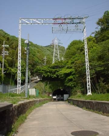写真:孔舎衙坂駅跡と旧トンネル入口1。クリックすると大きな画像が出ます。