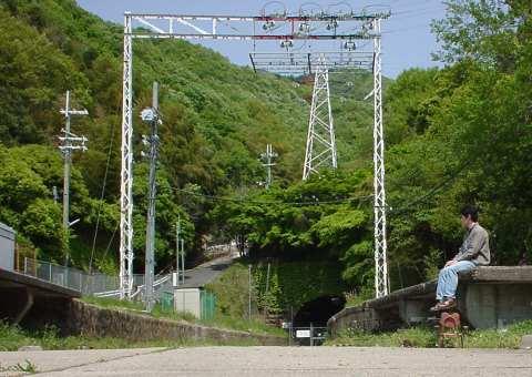 写真:孔舎衙坂駅跡と旧トンネル入口2
