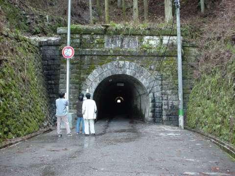 写真:トンネル東側入口。クリックすると大きな画像が出ます。