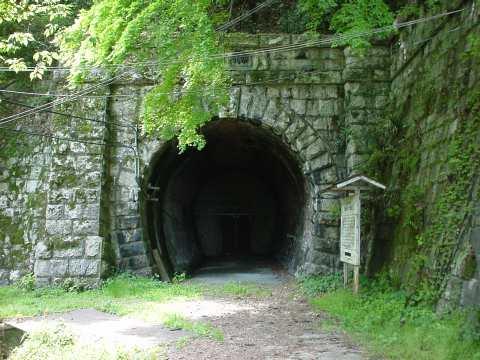 写真:トンネル入口1。クリックすると大きな画像が出ます。