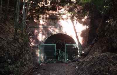 写真:旧旧吹上トンネル東側入口2。クリックすると大きな画像をご覧いただけます(94KB)