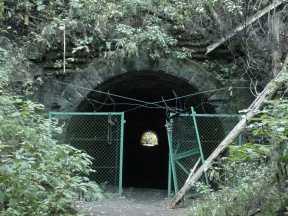 写真:旧旧吹上トンネル西側入口。クリックすると大きな画像をご覧いただけます(138KB)